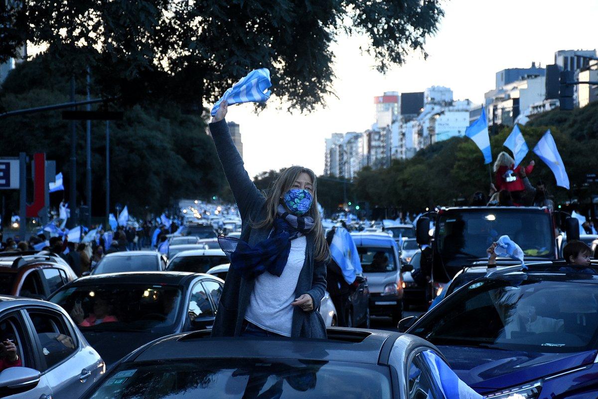 El banderazo en fotos: miles de personas se movilizaron en más de 70 ciudades del país https://t.co/UYdr25DTM4 https://t.co/d3XikDyvua