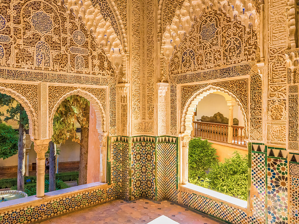 The Alhambra, a historical monument located in the south of Spain, is a must for lovers of art and beauty. With amazing views of the Sierra Nevada mountains this palace is an absolute Spanish treasure. http://ow.ly/nrbN50Auq5npic.twitter.com/AybqgeOxCI
