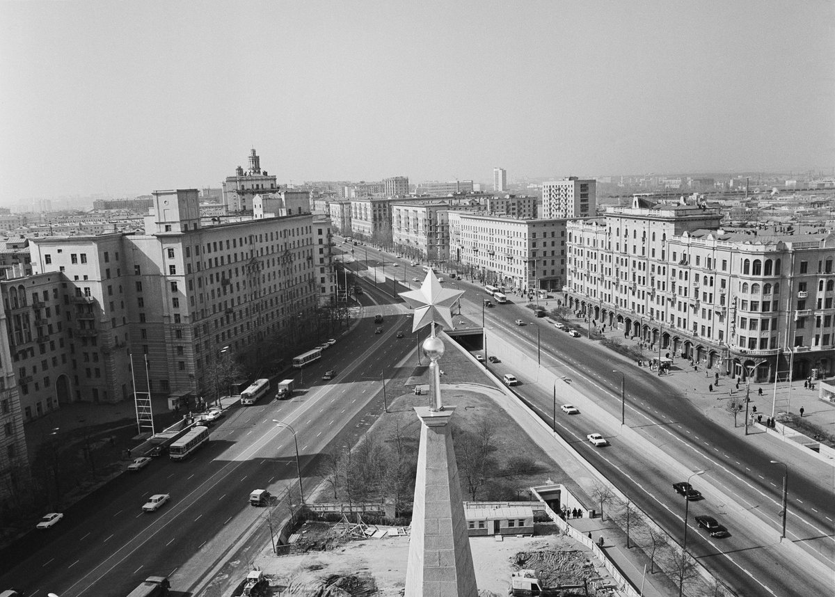 On 10 July 1935 the #Moscow General Reconstruction Plan was adopted - one of most ambitious urbanistic endeavours in history.   It shaped the Russian capital as we know it: broad prospects with Soviet Empire style buildings, garden-city with green belts, сanals & much more pic.twitter.com/0APXcPnQ0q