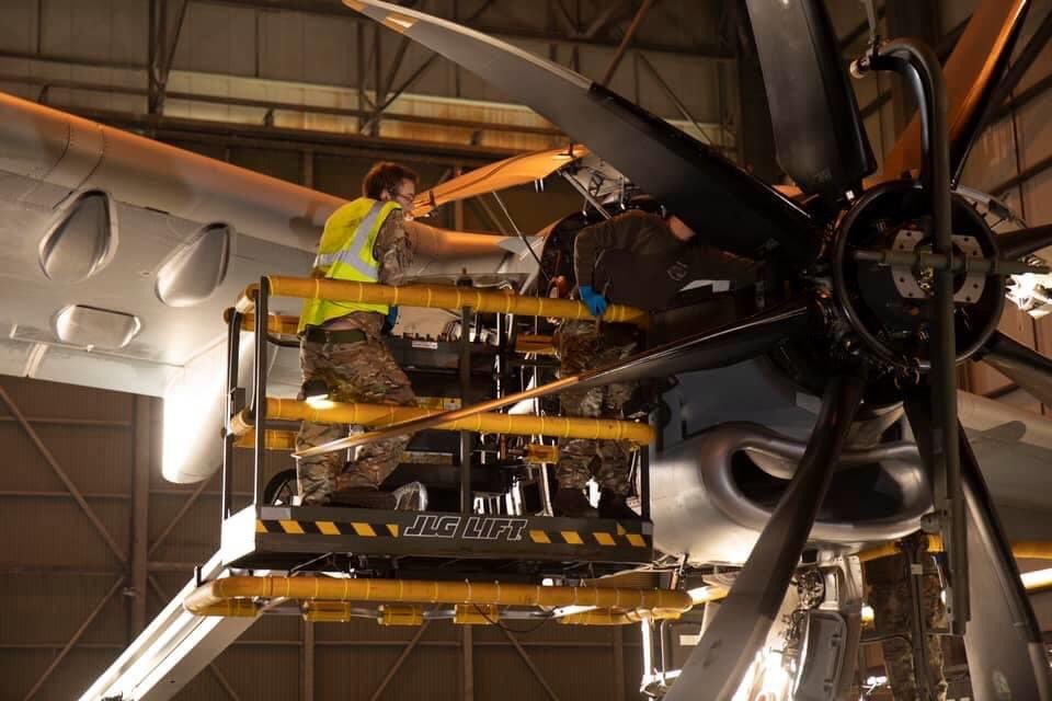 A team of 5 Royal Air Force engineers have been specifically chosen for their unique skill set and deployed to British Forces South Atlantic Islands to successfully complete an intricate engine change on a @70SqnA400M aircraft.  @BFBSFalklands https://t.co/xMrPUyaBHu