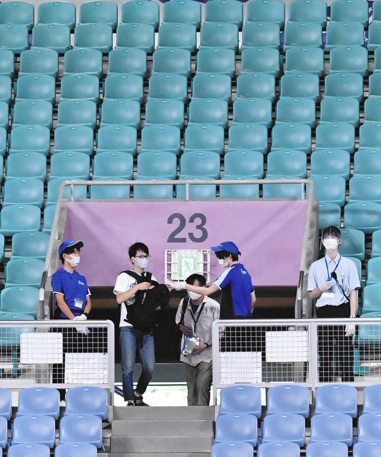 """ついにナゴヤドームにファンが戻ってきた!中日、広島が練習中でも…""""大声禁止""""守り静かに入場(中日スポーツ)-Yahoo!ニュース ついに、スタジアムにファンが戻ってきた。プロ野球の有観客初日となった10日、ナゴヤドームでは午後3時半に開門。観客がドーム内に入場した。"""