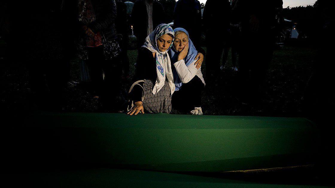 سراييفو.. السفير التركي يشارك في وداع رفات ضحايا مذبحة سربرنيتسا turkpress.co/node/72853