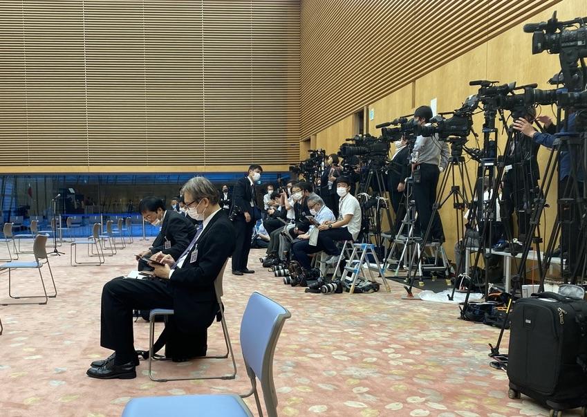 内閣記者会は主催者としてどんどん要望すべき。ちなみにコロナ禍での官邸首相会見(2階ホール)時、現場のカメラマンはこんな感じで固められていた。スカスカの席がペン記者席。カメラマンかわいそう。記者会見、1社1人を継続 首相官邸:時事ドットコム  @jijicomより