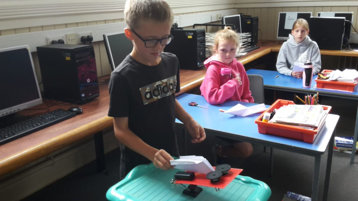 Year 6 trying their hand at aeronautical engineering. Flying their prototypes and then improving their designs.  #STEMeducation pic.twitter.com/wNC3FoZl0R