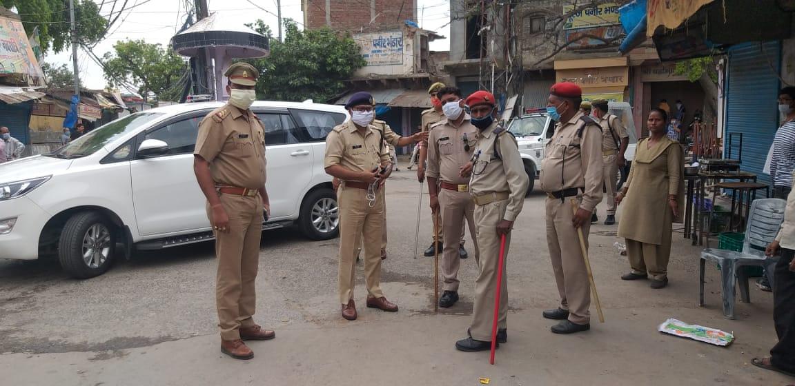 @mainpuripolice  पुलिस अधीक्षक मैनपुरी द्वारा मय फोर्स नगर क्षेत्र में पैदल गस्त कर #हॉटस्पॉट क्षेत्र का जायजा लिया गया एवं ड्यूटीरत अधिकारी/कर्मचारीगण को दिए आवश्यक दिशा निर्देश। #Uppolice https://t.co/CoUjvlhiGi