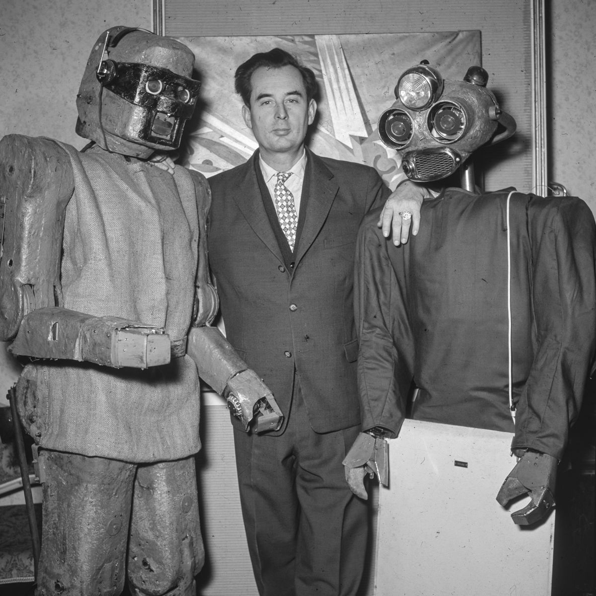 1964: Austrian inventor Claus Scholz stands with his robots MM7 and MM8. Operated via remote control they could open doors vacuum floors and pour tea. #futureofthepast https://t.co/zTOnXw76PE