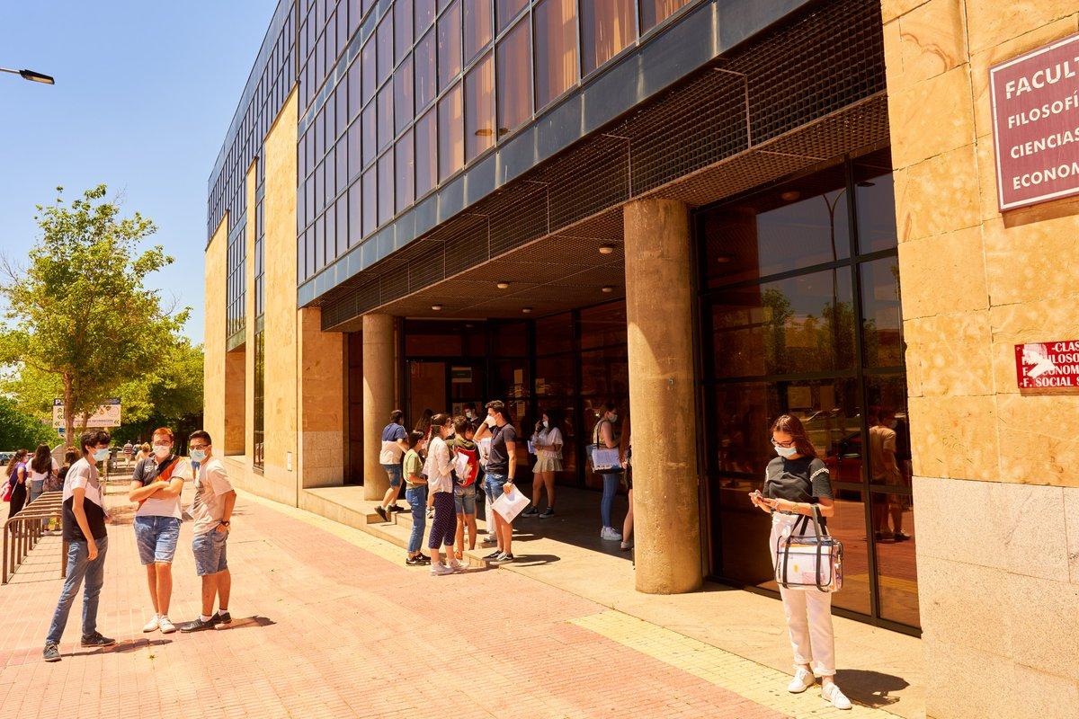 El 95% de los estudiantes del distrito universitario de la USAL supera la Evaluación de Bachillerato para el Acceso a la Universidad en la convocatoria de julio.   ➡️ https://t.co/rBA4tGp8F9 https://t.co/E3BhZd7Vyb
