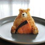 もったいなくて食べられない!焼き鮭を抱えたクマのおにぎり!