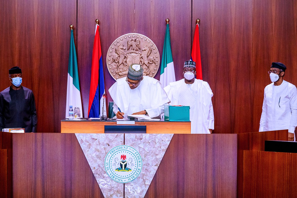 President @MBuhari signed the 2020 Appropriation (Repeal and Amendment) Bill into Law at the State House, Abuja. #AsoVillaToday https://t.co/tLxYoZmmZa