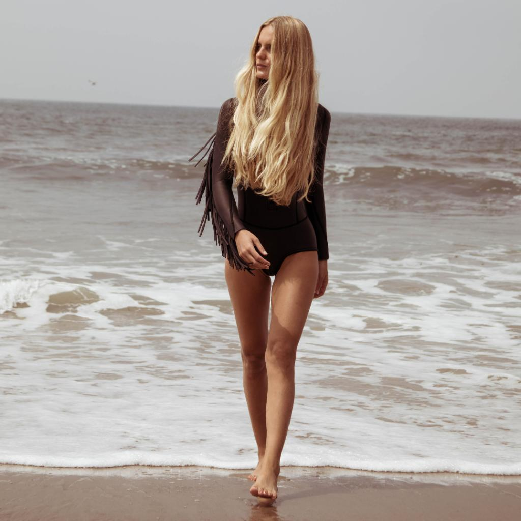 La surfera y diseñadora de bañadores, Hanalei Reponty, da la bienvenida al verano con su melenaza blondy. El cuidado del cabello forma parte de su rutina diaria desde muy pequeña gracias a los consejos de su madre, peluquera de profesión.    #KerastaseSpain #SoleilKerastase https://t.co/F4Eo1ntqvF