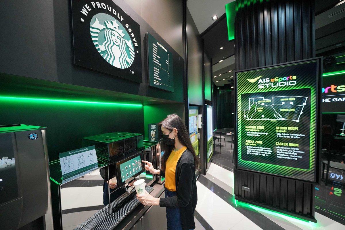 """ตู้ Stabucks Vending Machine เครื่องแรกในประเทศไทย """"Starbuck We Proudly Serve"""" เปิดให้บริการ 24 ชั่วโมงที่ AIS eSports STUDIO คอมมูนิตี้ฮับอีสปอร์ต สามย่านมิตรทาวน์   #Starbucks #สตาร์บัคส์ #AISeSportsSTUDIO #ESport #Gamer #BrandBuffet https://t.co/3qSKeGKEHz"""