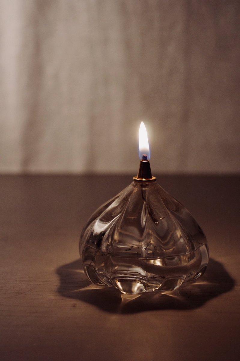 ついに明日から 表参道 FYP 『Oil Lamp展』 オイルランプの他、一輪挿しも並びます。 そして 今回は 一年のうちにこの時期にしか咲かない アブサンに使われる ニガヨモギ も飾ります(干します)◎ 作者在店の日も3日間あります この機会に 是非お気軽にお立ち寄り下さい:)礼 #PpxEvent twitter.com/p_pxxx/status/…