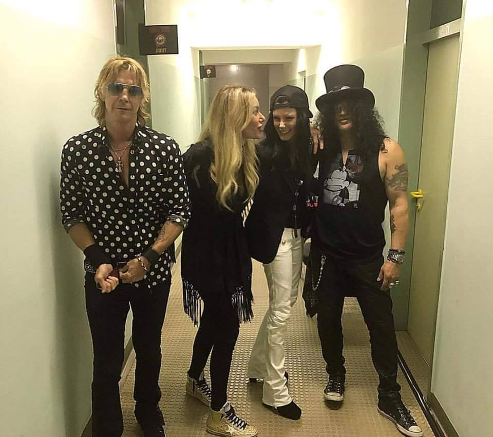 Three years ago in #Wien backstage fun pre-show @Slash & Meegan w/@DuffMcKagan & Susan. Photo (c) @SuHolmesMcKaganpic.twitter.com/hzk6dTvvCr