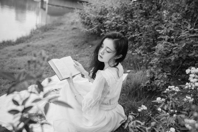 """""""Tu es la voix.  Qui répond à ma voix.  Sans elle aucun poème.  Ne peut fasciner l'écho.  Qui mêle la rumeur des amants.  À la poussière des siècles."""" André Velter  ℒℴѵℯ...  #citation #quote #poesie #poetry #amour #lovepic.twitter.com/pkRqRekmT3"""