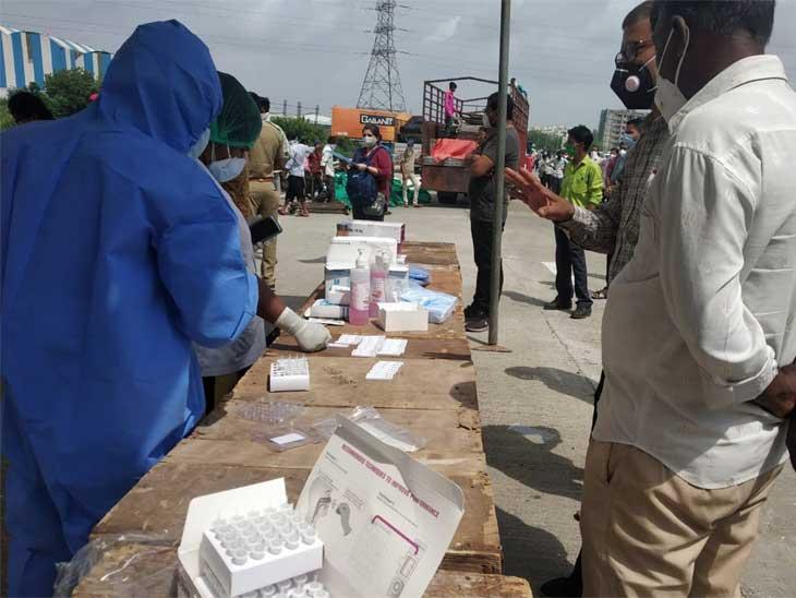 સુરતથી અમદાવાદ આવતા લોકોનું એક્સપ્રેસ વે પર રેપિડ ટેસ્ટિંગ,12 લોકો કોરોના પોઝિટિવ મળ્યા  RapidTesting #Surat #Ahmedabad #Coronavirus https://gujarati.netdakiya.com/all-the-people-coming-from-surat-to-ahmedabad-will-have-corona-test/…pic.twitter.com/oI3jY4yW81