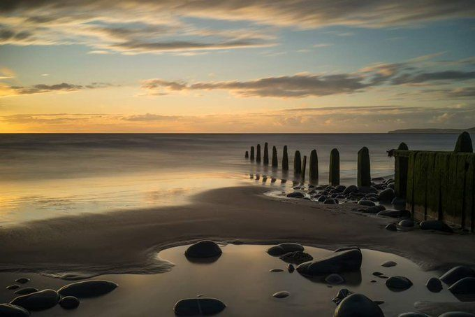 Look how fascinating the beach groynes at Westward Ho!🤗🤗👏  credits to Tony Twyman  #StaySafe #westwardhobeach #northdevon @GreatDevonDays @lovenorthdevon @VisitDevon https://t.co/KeJkEUerDx
