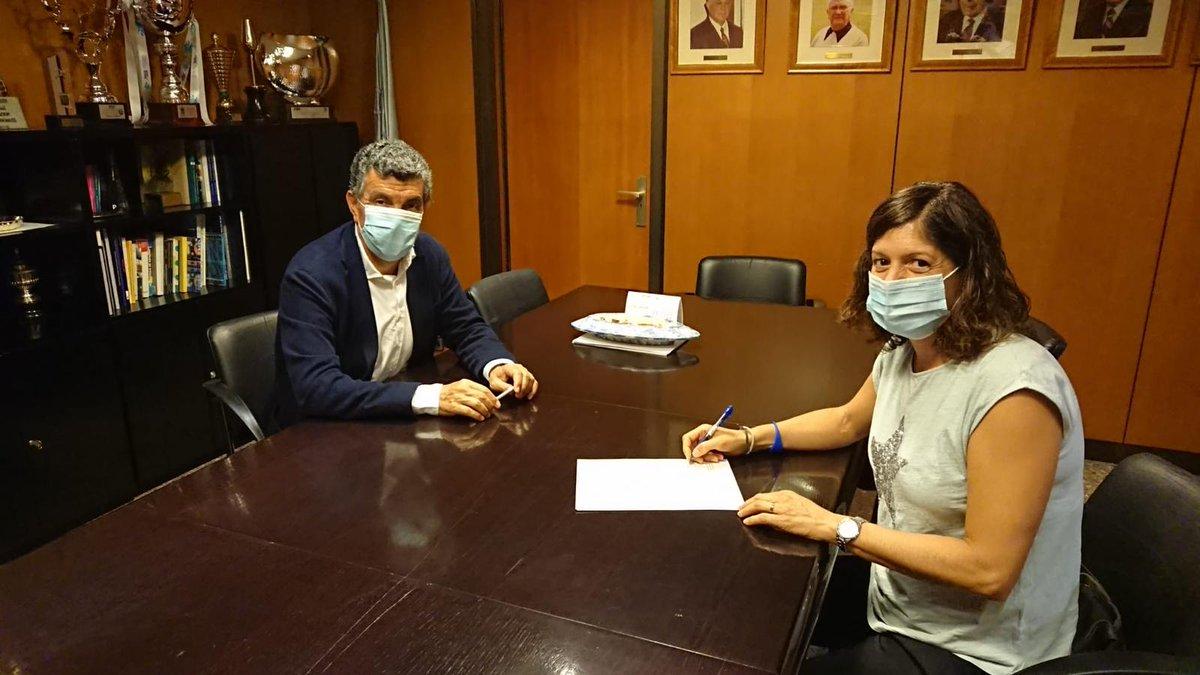 @lbp1973sbd (Lourdes Becerra) i Enric Bertrán President de @nataciocat signen el contracte que converteix la ex-olímpica (92, 96, 2000) en tècnica de #natació🏊♀️🏊♂️ de la FCN 👏🏼👏🏼 https://t.co/0gYcAm3B1g