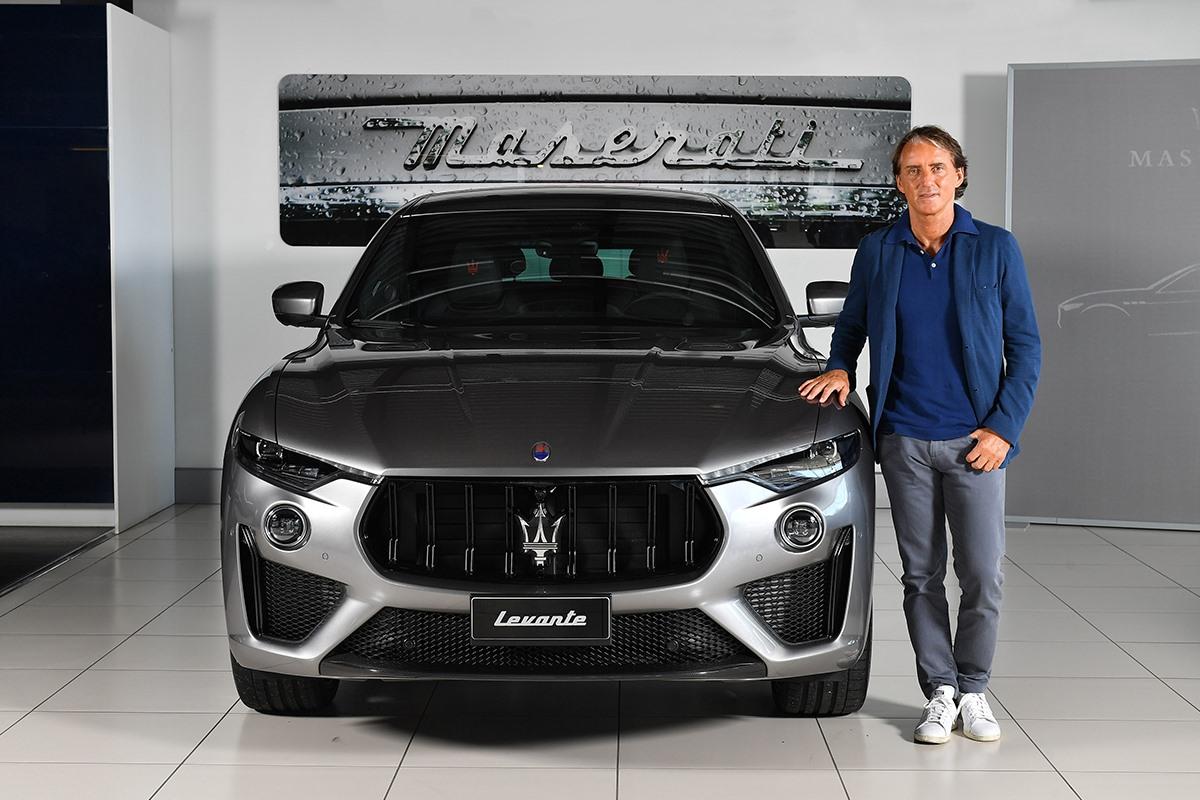 Roberto Mancini sceglie il #Maserati Levante Trofeo #MaseratiLevante https://t.co/rcU9Jcij1D https://t.co/F4O79JTg1l