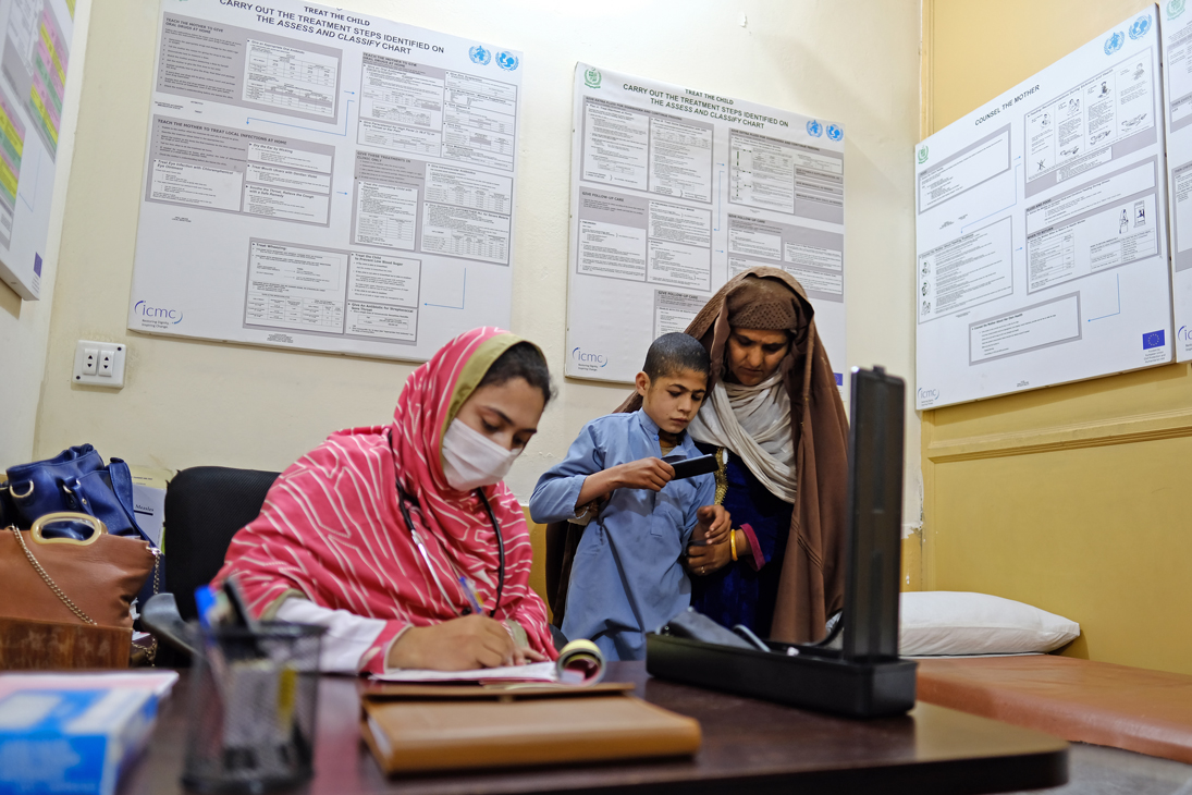 Access to healthcare is a basic right, even in times of pandemics when health facilities struggle to cope.  In Pakistan's Hajizai camp for Afghan refugees, the EU supports @HI_Advocacy and @ICMC_news to ensure refugees continue to receive care during the #coronavirus outbreak. 🏥 https://t.co/04NsPAEY1f