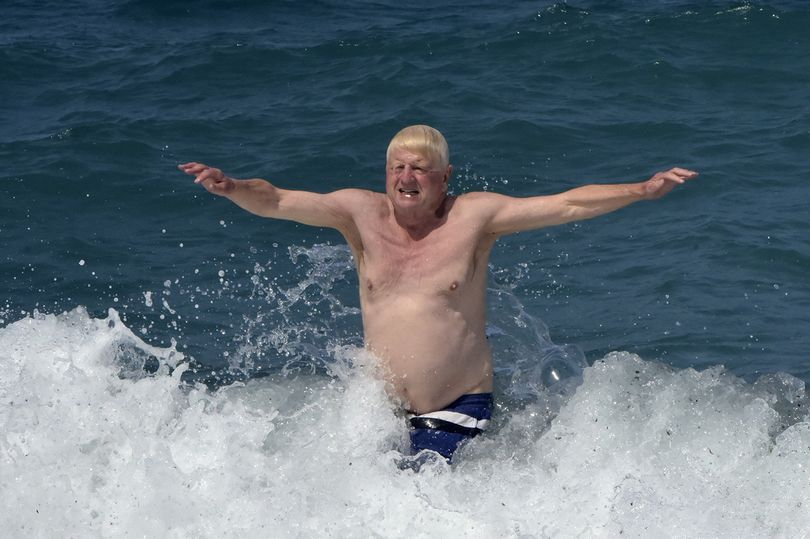 Stanley Johnson enjoys a lockdown splashdown during essential trip to Greece mirror.co.uk/news/politics/…