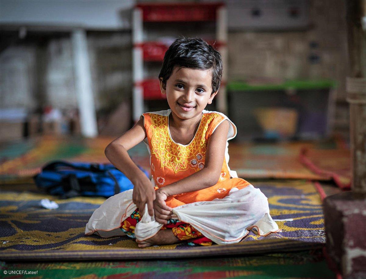 """""""Puedo usar la nueva letrina sin que me duelan las rodillas"""", explica Rajuma, que tiene 6 años y una discapacidad física que le impide caminar largas distancias.  Transformamos letrinas estándar en soluciones adaptadas para niños refugiados en Bangladesh: https://t.co/tDRyhpb6Mm https://t.co/KNuni6XqWp"""