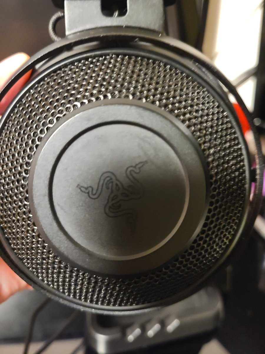 裏マンキャップ届いたー! 黒!めっちゃカッケーーー! Razerは2年前くらいにかったやつかな…新しいの欲しいw  #裏切りマンキーコング #裏マングッズpic.twitter.com/LFyTRvHltb
