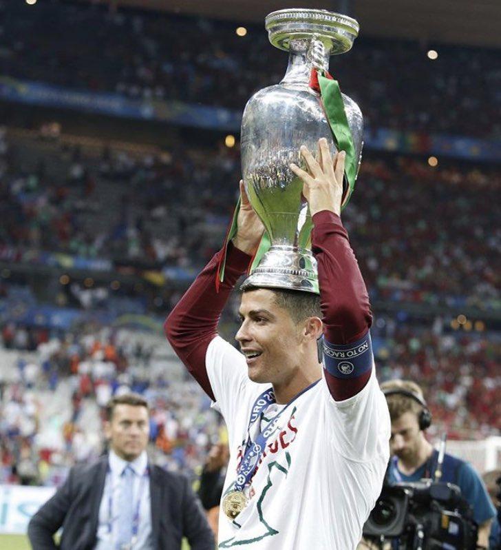 Yabancı oyuncu ya da sahaya çıkabilecek yabancı oyuncu sayısı ile ilgili herhangi bir sınırlama, kısıtlama ve yasağın bulunmadığı Portekiz, 4 yıl önce bugün Avrupa Şampiyonu oldu. https://t.co/EHlnNkHh2x
