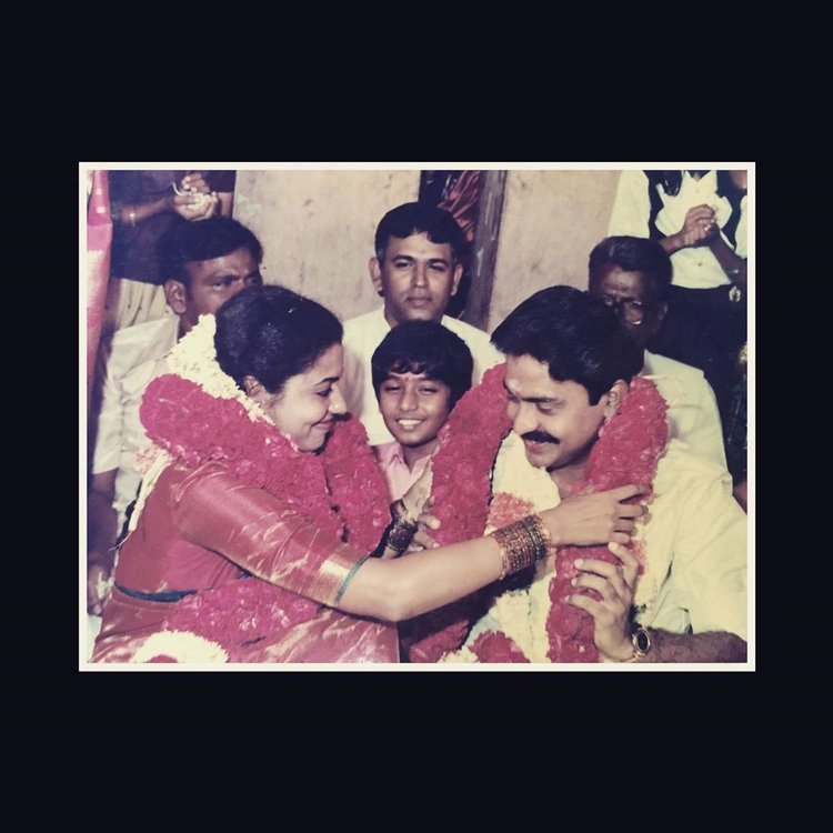 Wedding Anniversary Special : #Rajashekar - #Jeevitha  https://gallery.123telugu.com/content/slideshows/2020/07/Wedding-Anniversary-Special-Rajashekar-Jeevitha/imgpages/image000.html…pic.twitter.com/xBvNK6b0Td