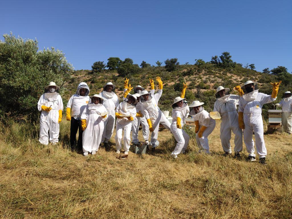 Otro fin de semana inolvidable con los alumnos de apicultura en Pastrana. Aprendiendo a cuidar a las abejas y a elaborar productos de calidad diferenciada. Mas defensores de la naturaleza, los polinizadores y las abejas http://buff.ly/2LTTF81pic.twitter.com/8GpyHgkVlP