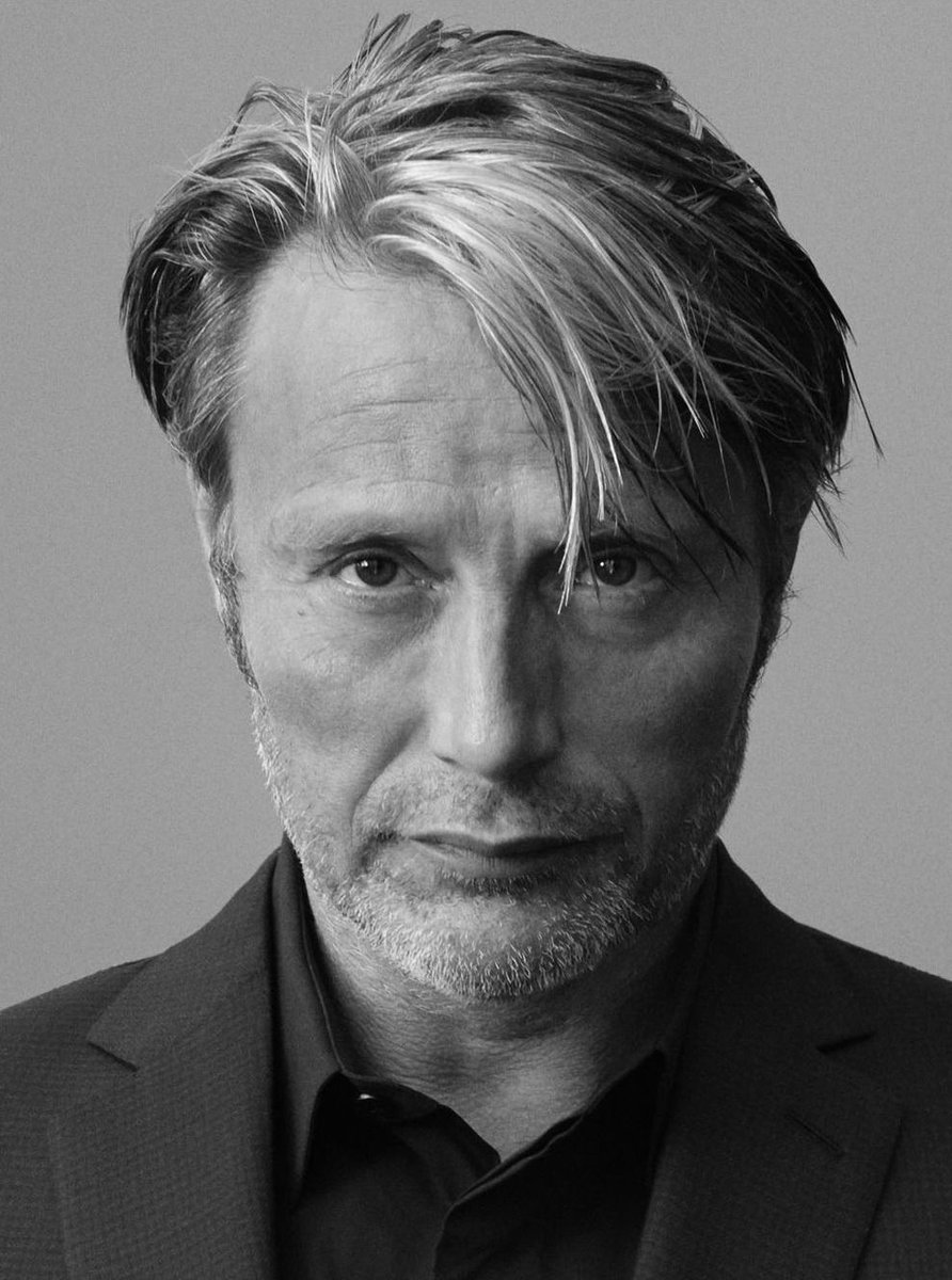 """those """"come to bed"""" eyes are becoming a problem.  #MadsMikkelsen #Hannibalpic.twitter.com/h5vX6ylqWc"""