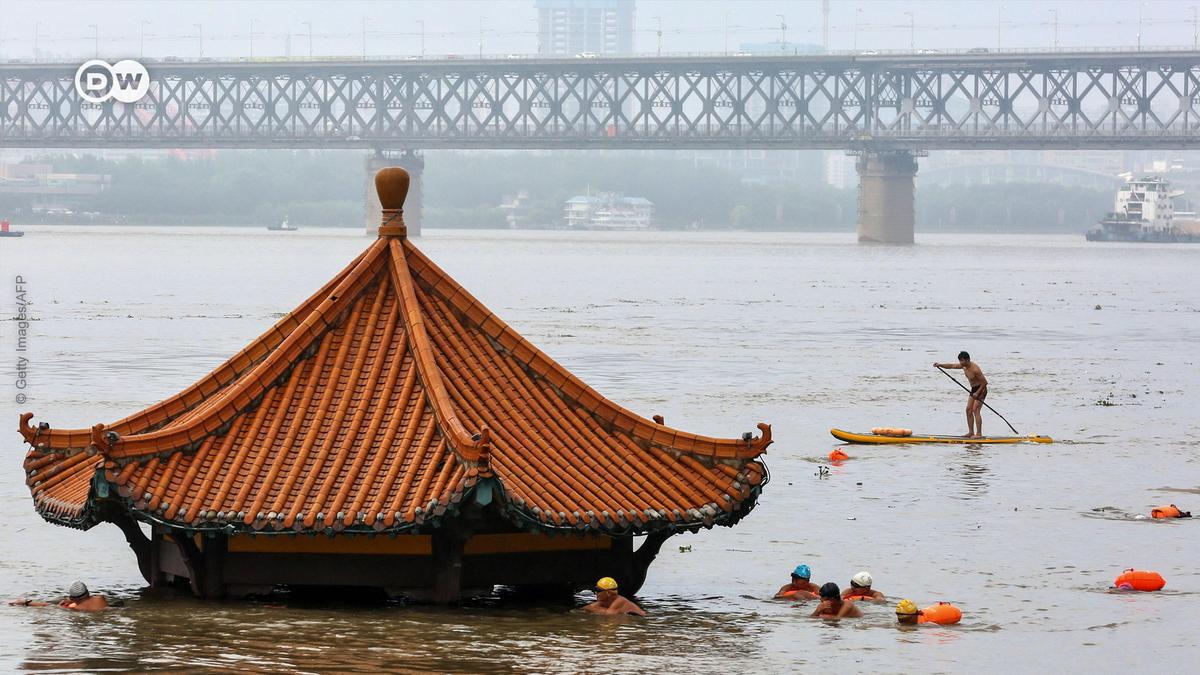 Setelah dilanda hujan deras, Sungai Yangtze meluap dan merendam banyak wilayah di kota metropolitan Wuhan. Hujan yang telah turun selama berhari-har itui tampaknya belum akan berhenti. Ketinggian air sungai terus naik dan membuat penduduk takut. https://t.co/Fg5YbjxmGP