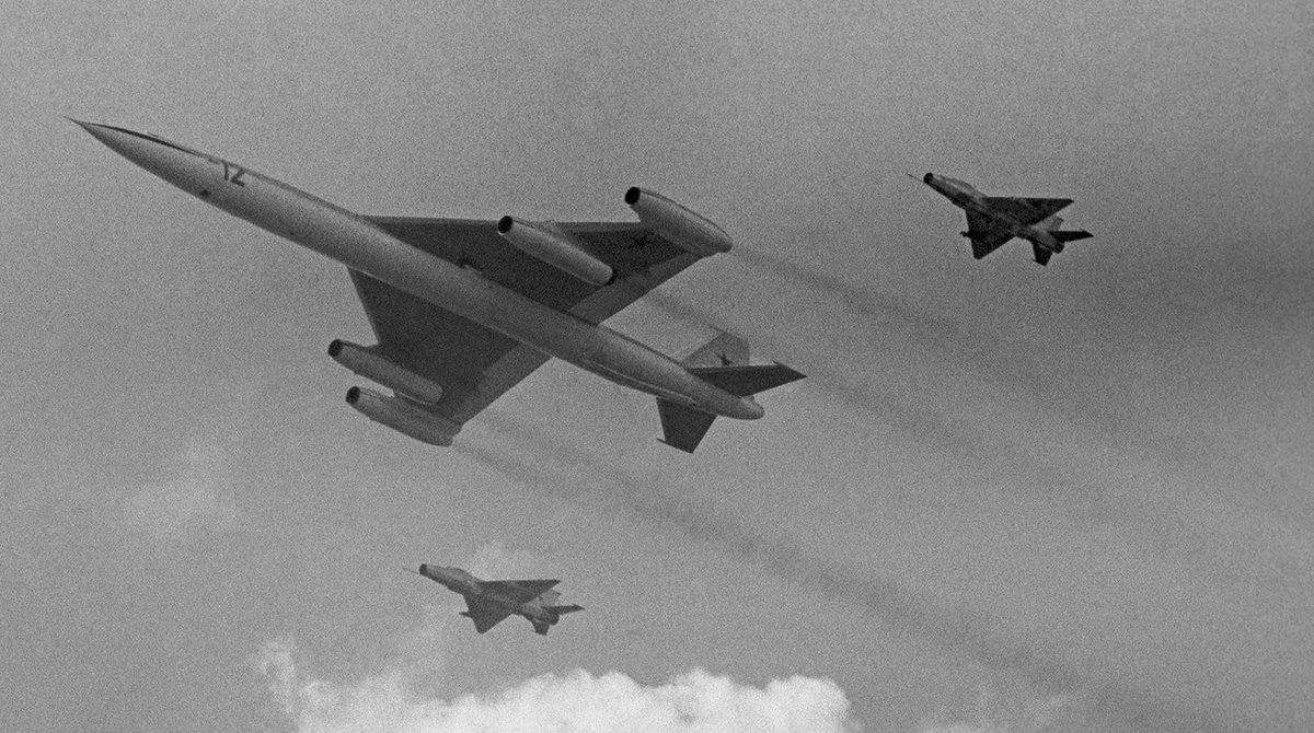 The Myasishchev M-50 supersonic strategic bomber escorted by MiG-21 fighters. The only one built flight prototype. Tushino aviation show, Moscow. USSR. July 9, 1961. https://t.co/rdcMVU1VqK