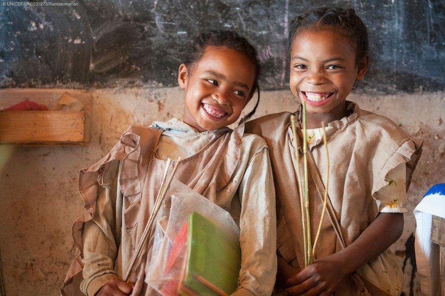 A LIRE🧐et RELAYER🗣️ Nouveau blog Sengager ensemble pour reconstruire par léducation cosigné par @YasmineSherif1 @EduCannotWait & @CoalEducation. 👉bit.ly/3fjSY4D Ensemble, nous pouvons transformer la vie de 75 M denfants/jeunes laissés pour compte. @EmmanuelMacron