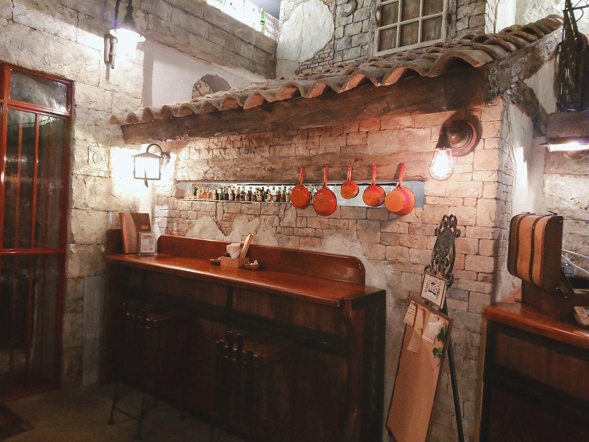 穴場かも。長野のド田舎に突然現れた「ワイバーン」(@diningbarYbarn)って料理屋。 『冒険者ギルド』がコンセプトになっていて、とてもいい雰囲気。 なんと言っても内装のモルタル造形がすごい。 レンガから木、金具まで全部モルタル製…! https://t.co/DZkRrNiXDO