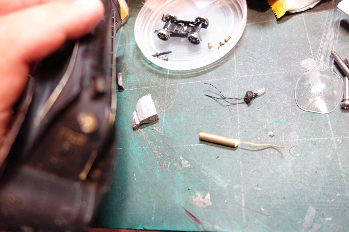 でてきた発煙装置は懐かしのゾイテ。ライトも後加工で点灯にされてる。前オーナはかなり走らせる人だったみたいでモータのコンミが削れてる。遺品整理品らしいが、モータ換装して大事にしますからね~~~。