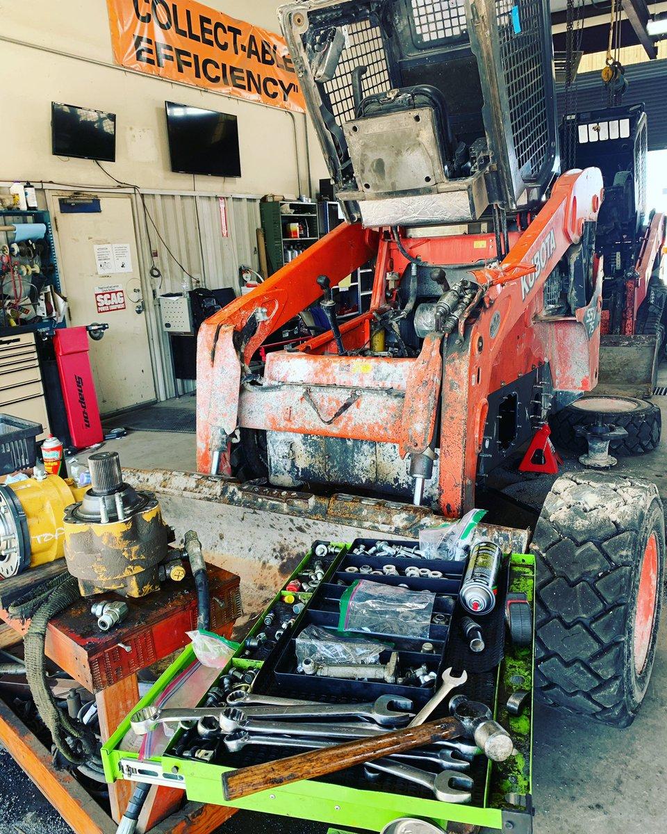 Another day another dollar #friday #workflow #mechaniclife #dieselpower #dieselmechanic #kubotaconstruction #kubota #kubotausa #orange #snapontools #snapon #goodmorningpic.twitter.com/Xp7AqU90Z0