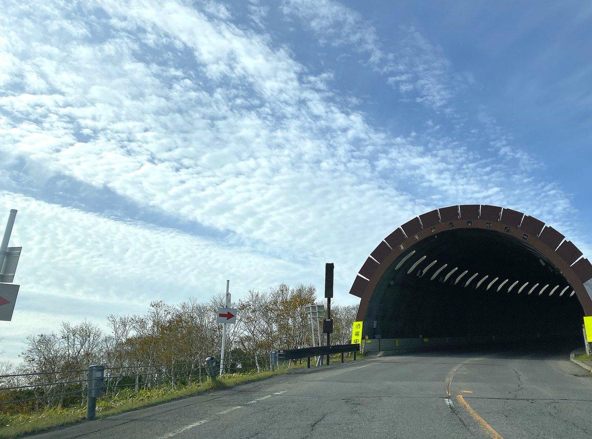 北海道で見つけたトンネル 生成バグが発生していた 山のアセット読み込めてないな Togetter