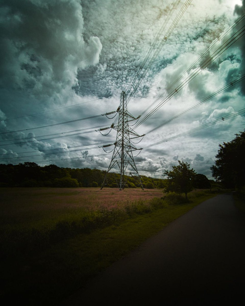 I run blindly through the madhouse ... And I cannot even pray ... For I have no God. - Batman.  #pylon #power #tower #structure #bluesky #clouds #sky #lookingup #view #scenery #naughty #sky #stunning #beautiful #instaphoto #instadaily #photooftheday #borehamwood #londonpic.twitter.com/zO9NVuabvO