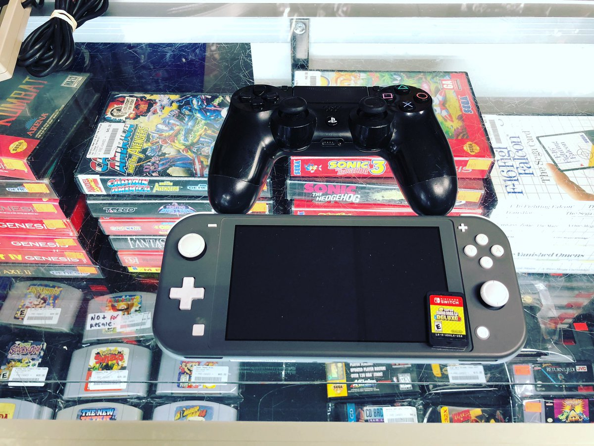 New stock. #nintendoswitchlite #ps4controller #supermariobrosudeluxe #retrogamingcommunity #retroshop #nyc #brooklynvideogamespic.twitter.com/UbDPf79zuI – at Brooklyn Video Games