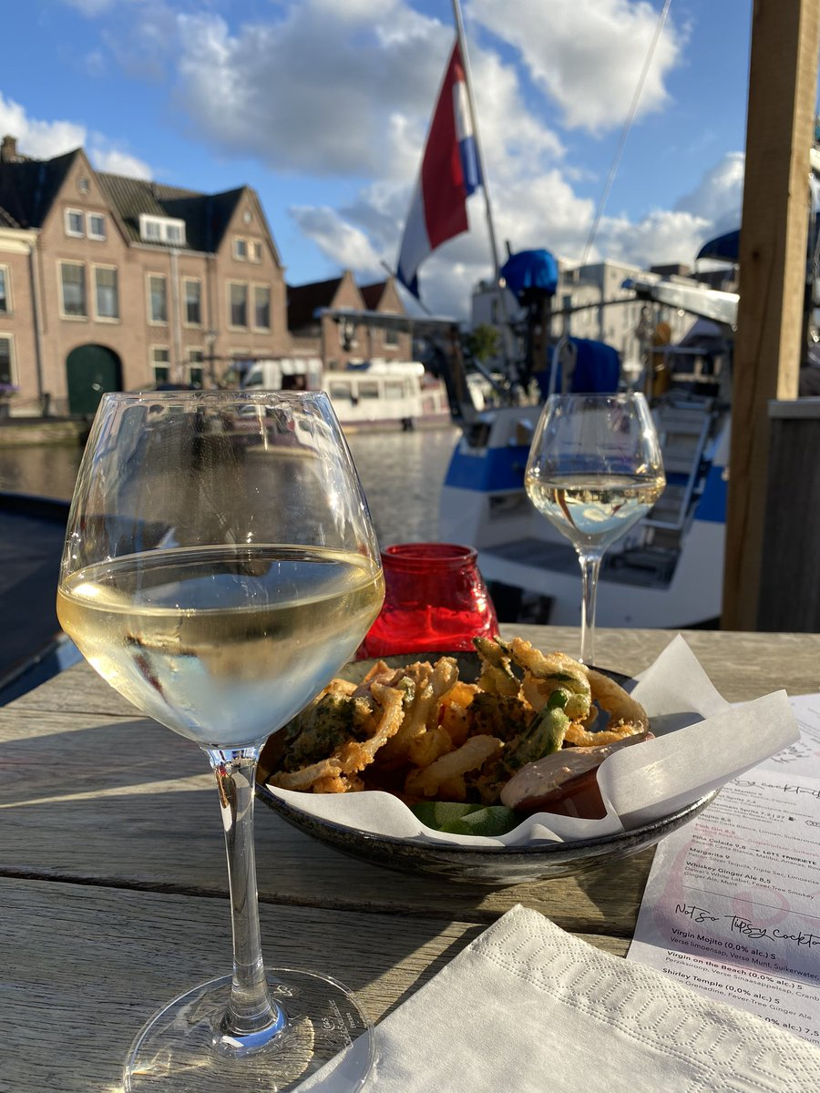 Cheers! #drinksbythecanal #leiden #nederland pic.twitter.com/0hhvHPwl0c