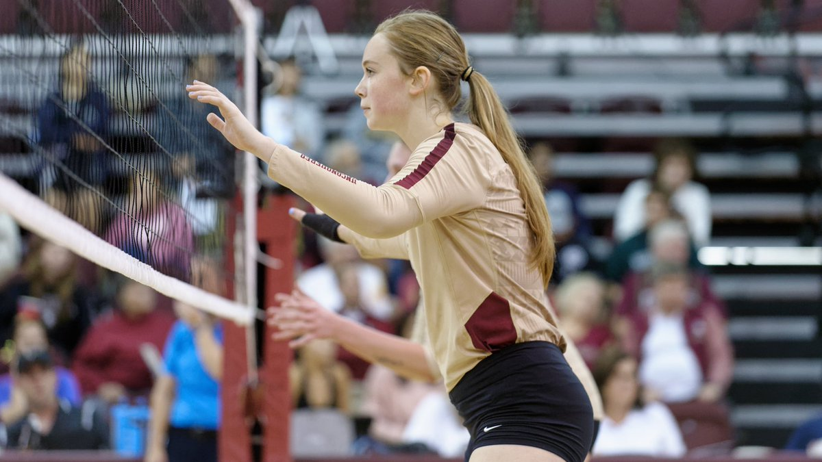 Emma Clothier was a 🔑 presence in the middle for the Noles in 2019 👊  Emma shined in her first season at FSU, playing in all 2️⃣9️⃣ matches & 1️⃣0️⃣5️⃣ sets, along with 2️⃣7️⃣ starts. She also had the 8️⃣th highest blocks per set average in the country among all freshman🙌  #GoNoles https://t.co/XHaY5RgCif
