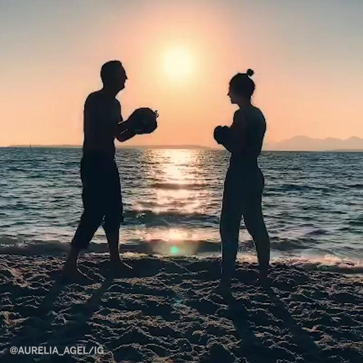 Fast hands and beach sand 🏝  (via aurelia_agel/IG) https://t.co/w02kkCcFRZ