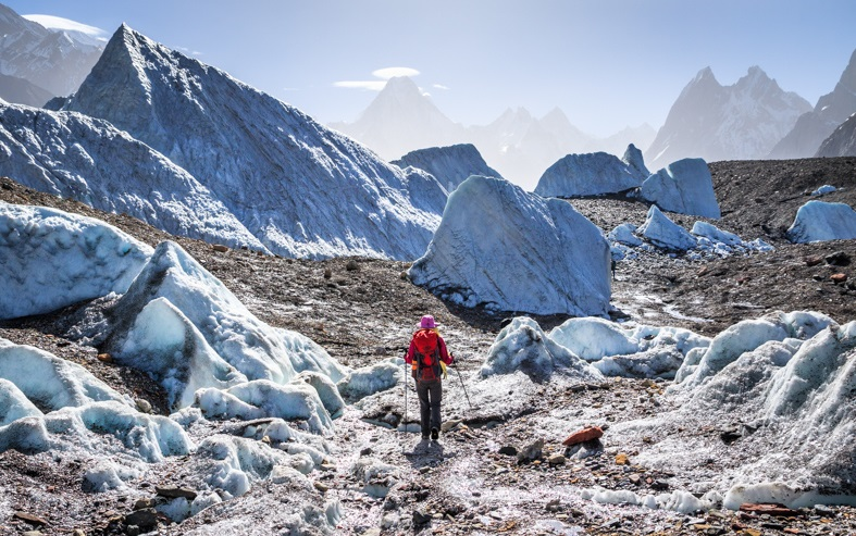 A lonely trekker walking in a maze of giant ice pyramids on Baltoro glacier with majestic Karakorum Mountains in background, on K2 Base Camp trekking route between Goro II and Concordia in Karakorum Gilgit-Baltistan Pakistan. #baltoro #glacier #Karakorum #K2 #trekking #Pakistan https://t.co/w16FY46R1k