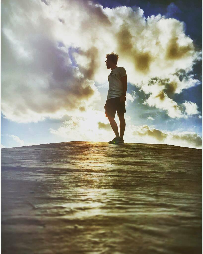Under the same sky, we are made of light...   . . #beach #sun #naturephotography #landscapephotography #ocean #surf #moodygrams #naturelovers #waves #sunsets #surfing #artofvisuals #agameoftones #sunset_pics #streetphotography https://instagr.am/p/CCeA2ajKdd8BzOOQTLi-RjfxlD7M-eKVvci4zI0/…pic.twitter.com/ZUSOKB3gao