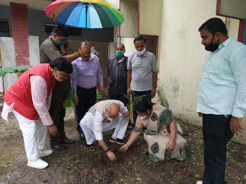 अयोध्या दास राजकीय कन्या बालिका विद्यालय गोरखपुर में वृक्षारोपण कार्यक्रम के दौरान आज पौध का रोपण किया। इस अवसर पर जिला विद्यालय निरीक्षक गोरखपुर प्रिंसिपल श्रीमती रेमी यादव जी तथा भाजपा के अन्य साथी उपस्थित थे। @JPNadda @BJP4India https://t.co/AcDW2oqnc2