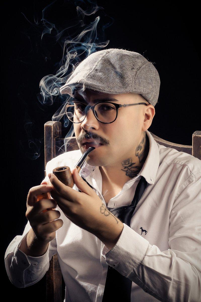Smoke break  Foto: Everson Chueiri   #retrô #style #manstyle #tattooman #skulltattoo #cachimbo #smoking #smoke #photoshootpic.twitter.com/db2G3ppMKV