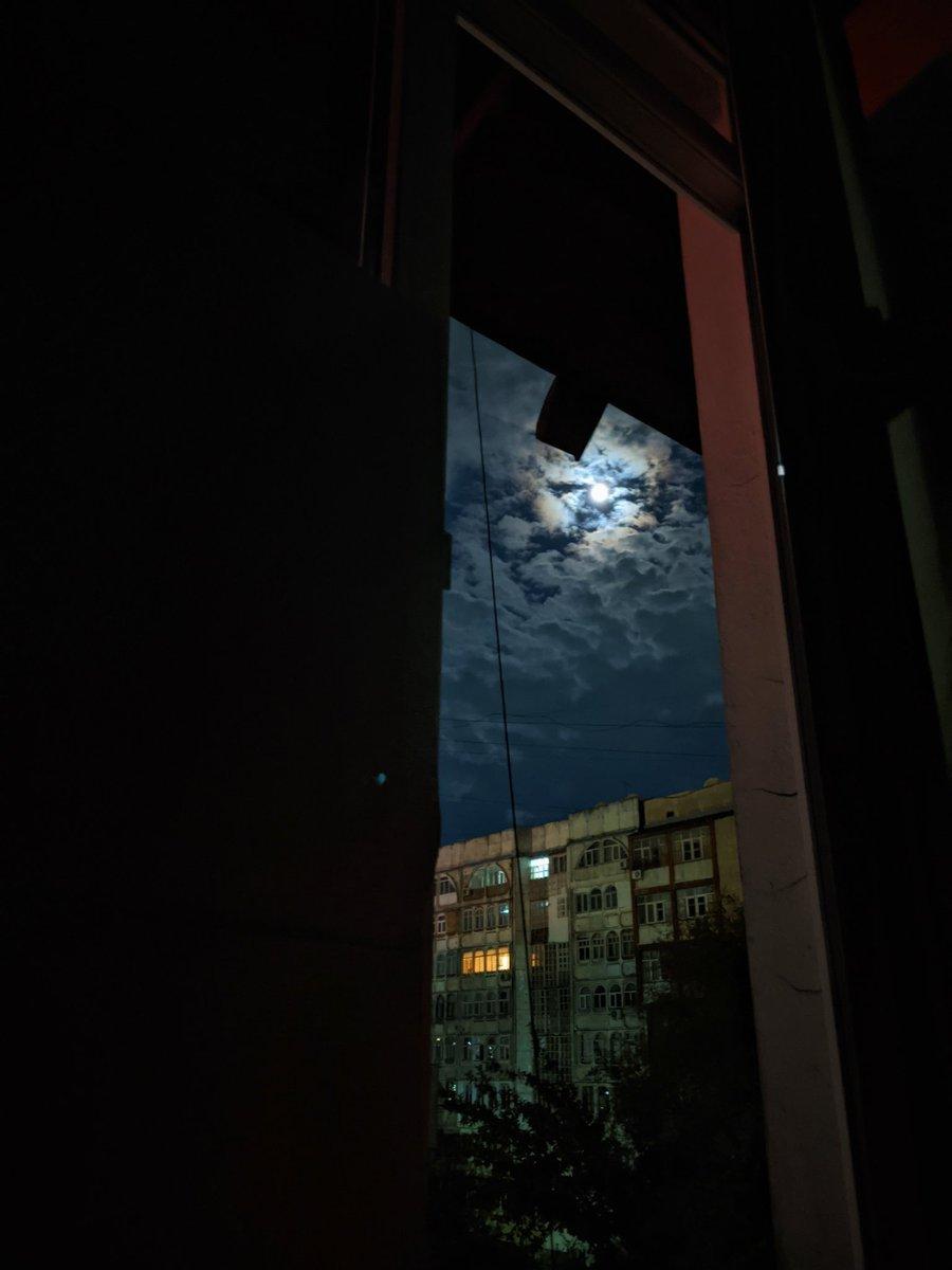 Лежала с закрытыми глазами, но все не могла уснуть из-за тревожных мыслей - коронавирус, будущее. А за окном, вдоль улицы, 4 день стабильно прокрикивает свои монологи пьяный мужчина, тоже в отчаянии. Открыла глаза на несколько секунд, а на небе такая красота.  #Бишкек pic.twitter.com/Sxlx7JtQam