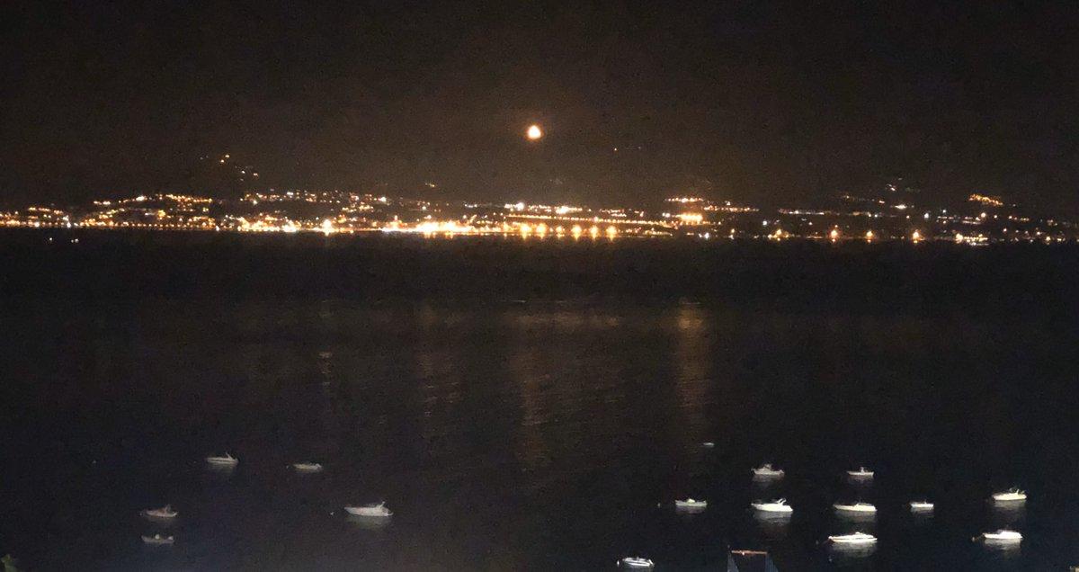 RT @GiusvaPulejo: Luna rossa sullo Stretto di Mess...