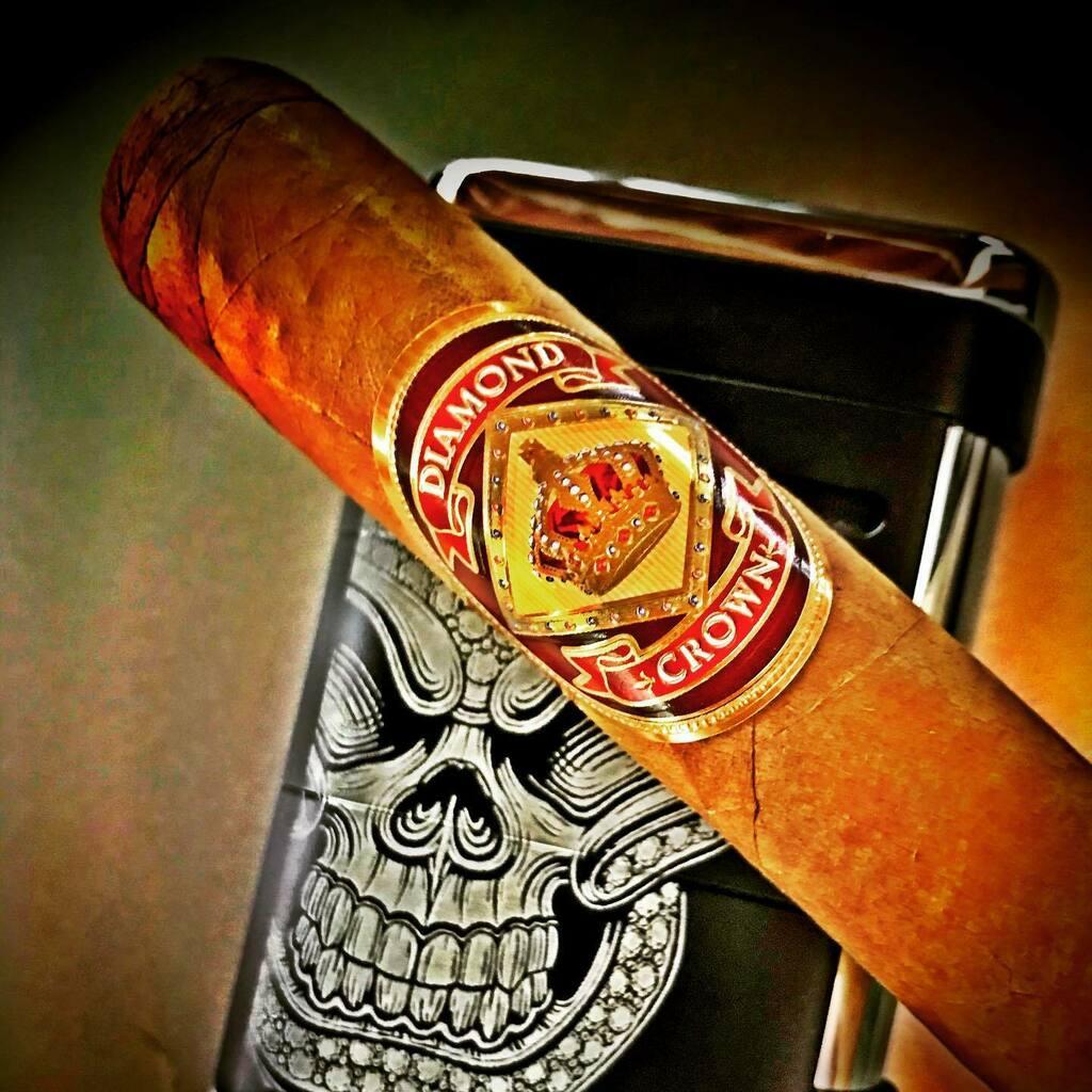 Enjoying this awesome #diamondcrowncigars selection #nowsmoking #botl #sotl #cigaraficionado #cigardaily #cigargeek https://instagr.am/p/CCelFUmHjkm/pic.twitter.com/sJUpDxExr2