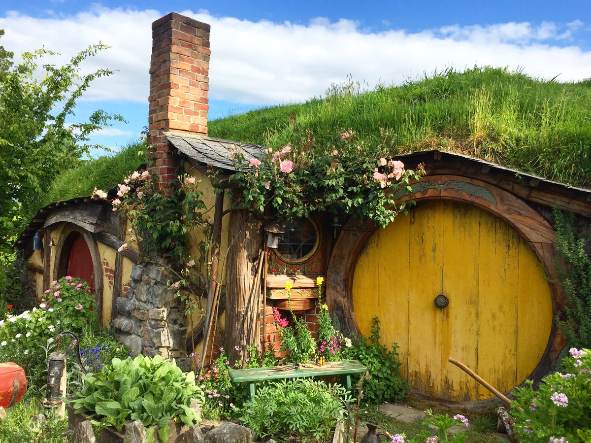 Just curious how lockdown is going in the Shire #Hobbiton pic.twitter.com/m07qTgT0Eq